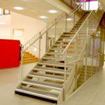 trapp med stålrekkverk